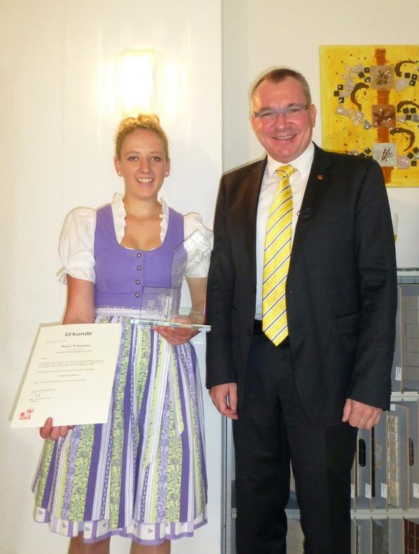 Bianca Achenrainer mit Landesrat Johannes Tratter